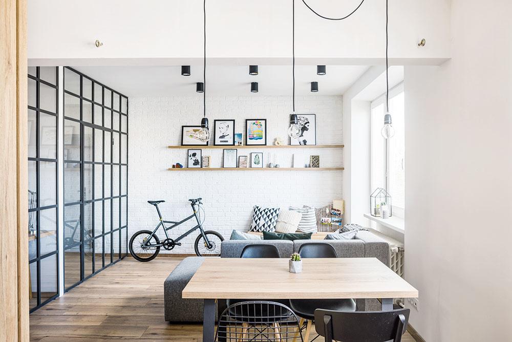 Do obývacej časti chcel majiteľ doplniť ešte kresielko. Nakoniec sa tu však zabýval bicykel Yooniq, ktorý Michal sám navrhol a dnes sa dá kúpiť cez predajne Kellys Bicycles.