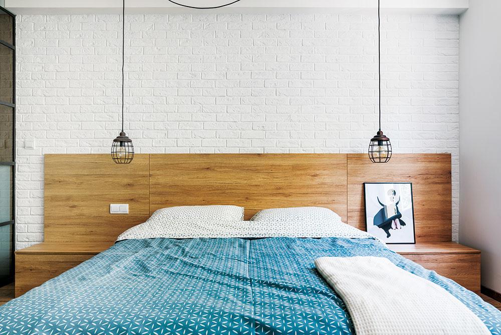 Dominantou jednoducho zariadenej spálne je okrem šatníka aj posteľ s integrovaným čelom a nočnými stolíkmi.
