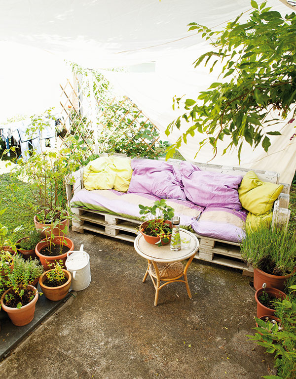 Efektívne a obľúbené palety sú hitom vďaka svojej dostupnosti a obrovským možnostiam využitia. Spravíte z nich pomerne ľahko napríklad takúto pohodlnú sedačku na terasu, ale nezriedka ju nájdete aj v obývačkách mladých ľudí, ktorí vyznávajú životný štýl priateľský k životnému prostrediu (tzv. eco-friendly).