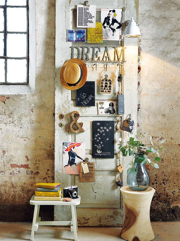 Staré dvere z domu po prababke očistite, prejdite šmirgľom, oprite o stenu a ozdobte obľúbenými predmetmi. Originálna dekorácia je raz-dva na svete a ešte aj kus spomienok po predkoch vám ostane natrvalo.