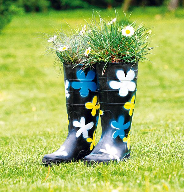 Staré nepotrebné gumáky? Čo takto spraviť si z nich kvetináče? Nasypte dnu zeminu a vysaďte obľúbené kvety. Realizácia a foto Jana Ardanová.