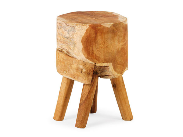 Drevený peň nemusí skončiť zakaždým v peci, ale poslúži aj ako malý príručný stolík, nočný stolík či taburetka. Záleží na tom, čo vám v domácnosti chýba. Nezabudnite ho obrúsiť a ošetriť vhodným prípravkom na drevo. Predáva Nature Decor.