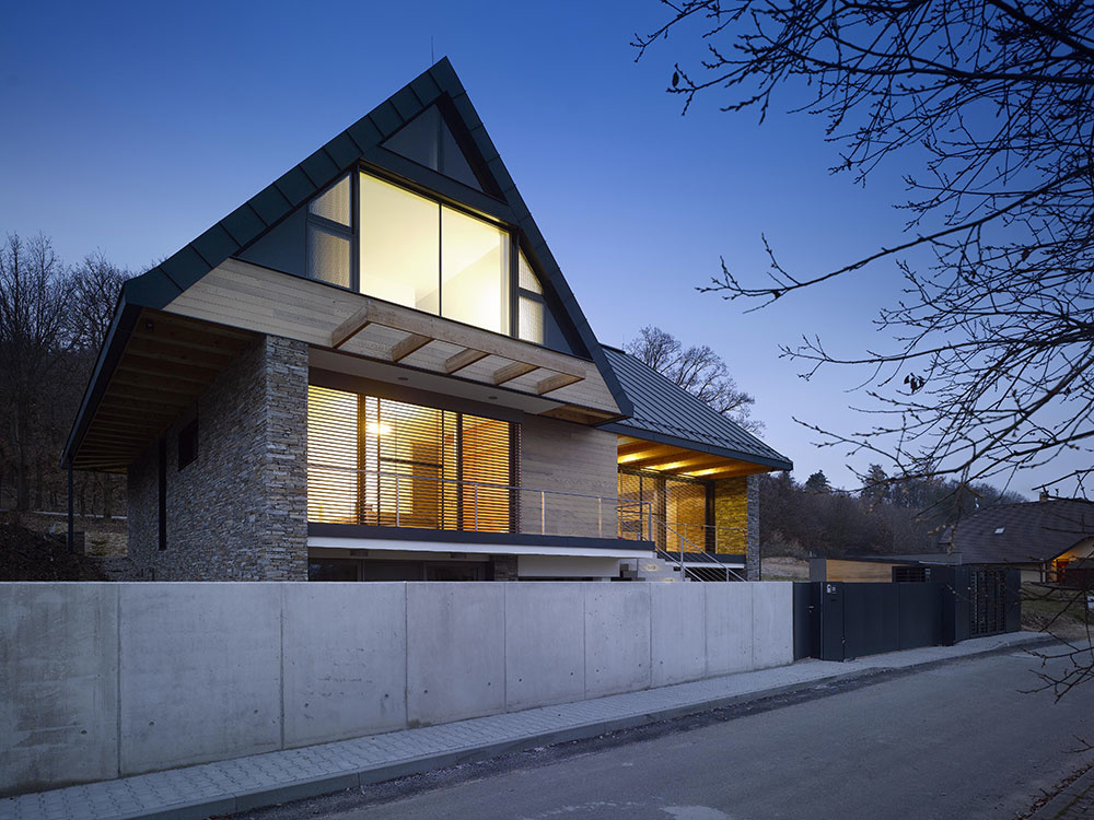 Moderný rodinný dom so sedlovou strechou si zachoval tradičného ducha