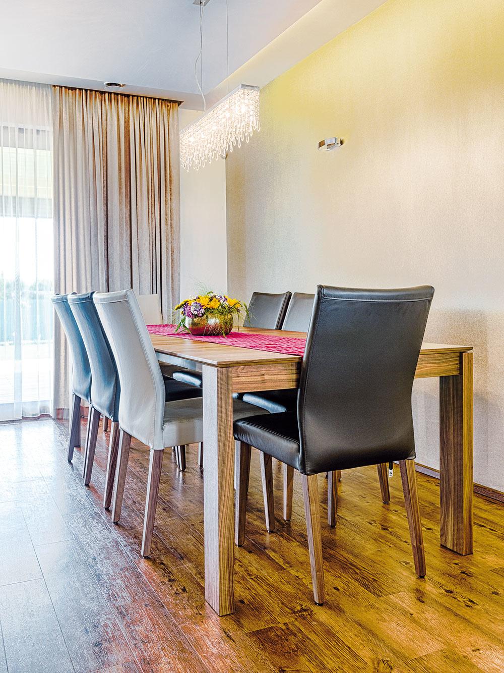 Veľký jedálenský stôl jednoducho patrí k rodinnému domu, najmä ak v ňom žije spoločenská rodina. Pani Danka hovorí, že ten ich je zázračný – vďaka premyslenému systému rozkladania môže veľmi jednoducho – jednou rukou – zmeniť jeho veľkosť tak, aby k nemu usadila šesť, osem alebo desať ľudí. Možnosti rozkladania sa dajú dokonca upraviť aj dodatočne – dokúpením príslušných dielov.