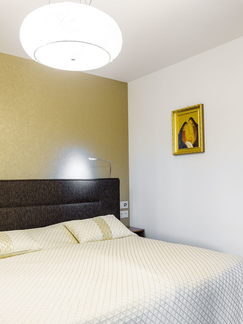 """Kvalitná """"hotelová posteľ"""" bola ďalším rozhodnutím, pri ktorom domáca pani nezaváhala. """"V hoteloch som sa totiž obvykle vyspala najlepšie,"""" zdôvodňuje. Tzv. boxspringová alebo kontinentálna posteľ pochádza zo severských štátov. Podstata tohto veľmi komfortného riešenia spočíva v dvoch robustných pružinových matracoch uložených na sebe. Vďaka výberu z viacerých typov a tvrdostí dokáže takáto posteľ perfektne vyhovieť rôznym požiadavkám."""