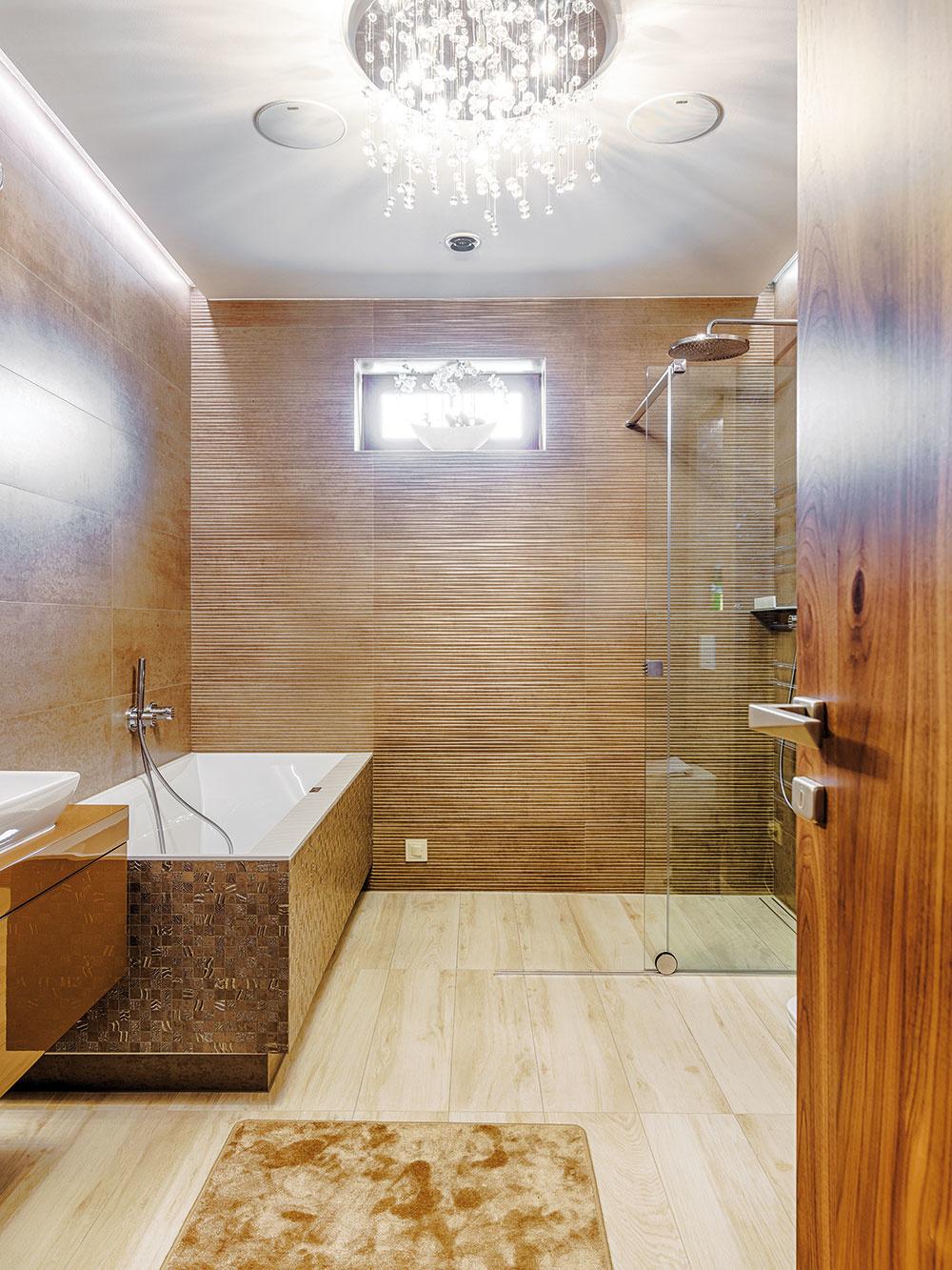 Krištáľové lustre, ktoré boli snom domácej panej, dodávajú noblesu nielen všetkým izbám, ale aj kúpeľniam.