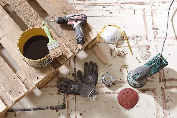 1. PRÍPRAVA Pripravíme si palety, náradie a všetok materiál, ktorý budeme na výrobu nábytku potrebovať.