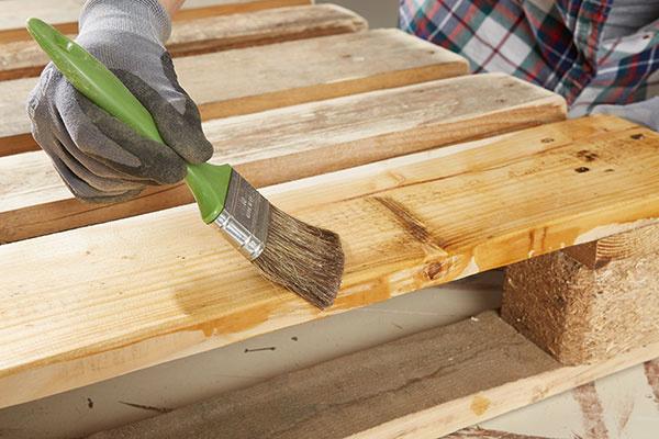 3. NATIERANIE Nábytok, ktorý budeme mať vystavený v exteriéri, natrieme špeciálnym ochranným lakom alebo lazúrou na drevo.