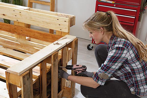 9. UPEVNENIE Ak sa rozhodnete palety napevno pospájať, dlhé skrutky zaistia, že nábytok bude stabilný a vydrží čo najdlhšie.
