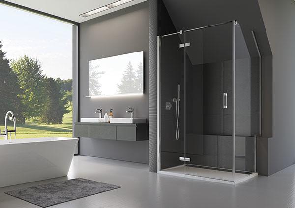 Inteligentné riešenie sprchovacieho kúta a vane v atypickom priestore: Dizajnové bezrámové zásteny rady PUR a MELIA
