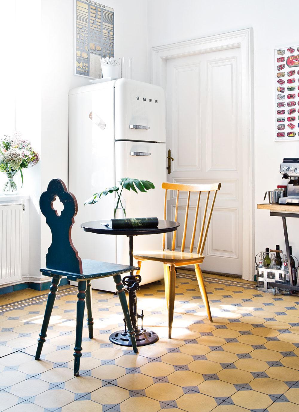 STARÉ SA MIEŠA S NOVÝM a vyzerá to harmonicky. Ikonická chladnička Smeg do kuchyne zapadla vďaka svojmu retro dizajnu.