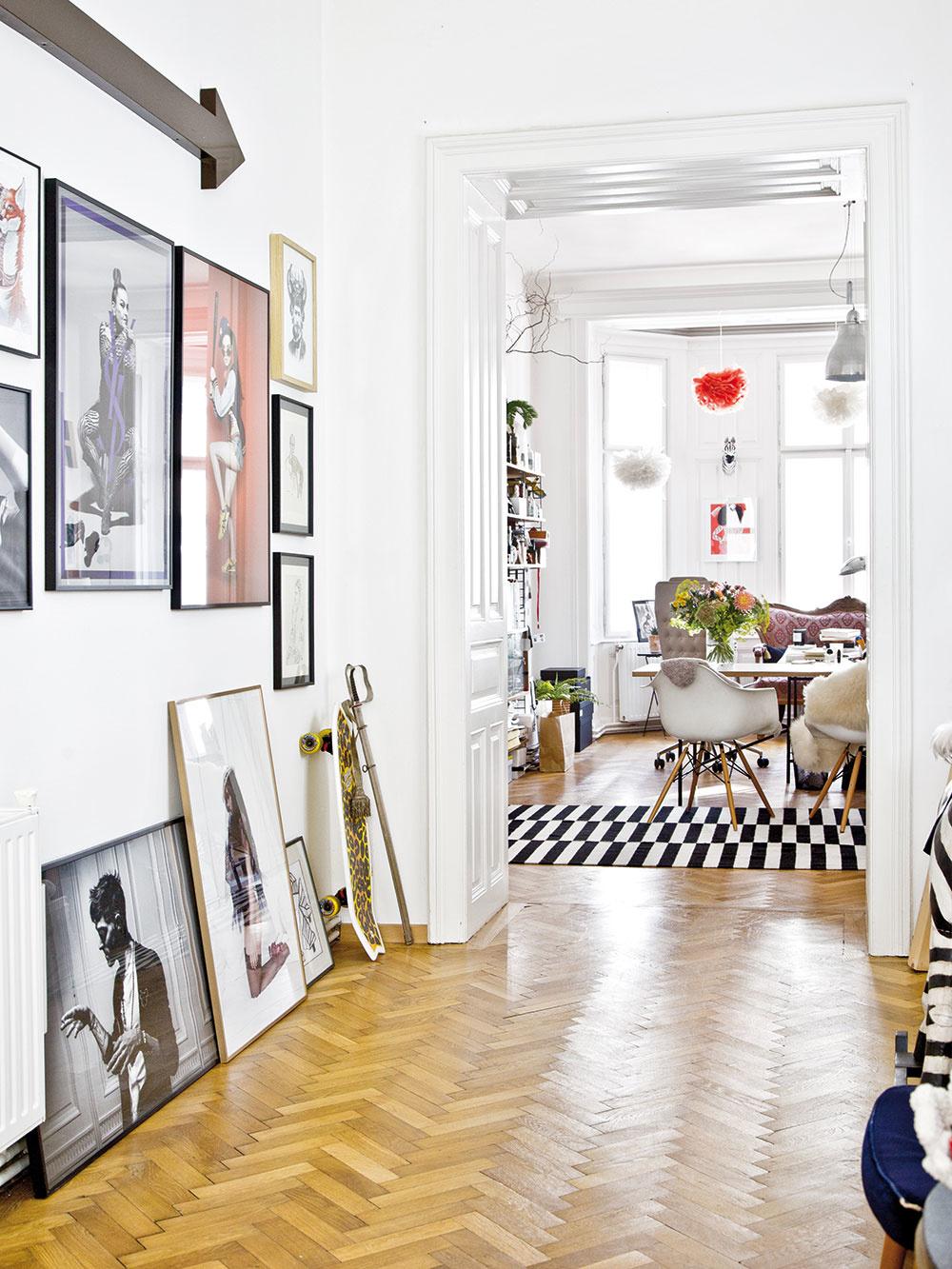 SNEHOVOBIELE STENY, DVERE A OKNÁ tvoria neutrálne pozadie pre štýlové doplnky, obrazy a solitéry, ktoré v tomto byte hrajú hlavnú úlohu.