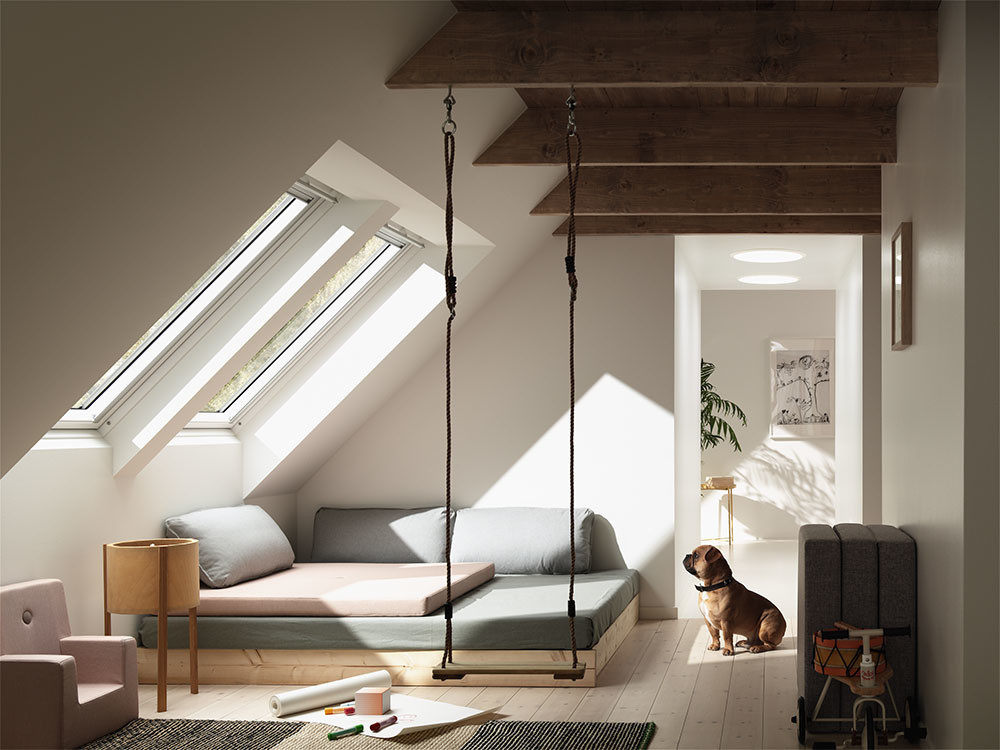 Vďaka cenovo dostupnému trojsklu si môžu majitelia domov dopriať kvalitné zasklenie pod šikmou strechou.