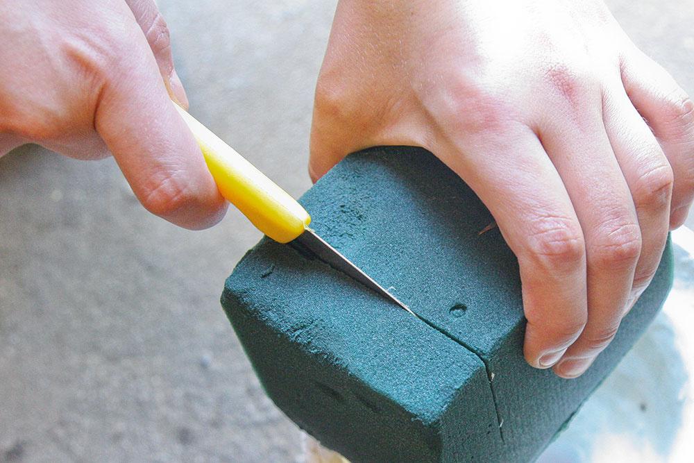 2 Namočenú hmotu odrežte nožom podľa tvaru nádoby (v tomto prípade stačila zhruba tretina pôvodnej veľkosti hmoty) a vložte ju do nej.