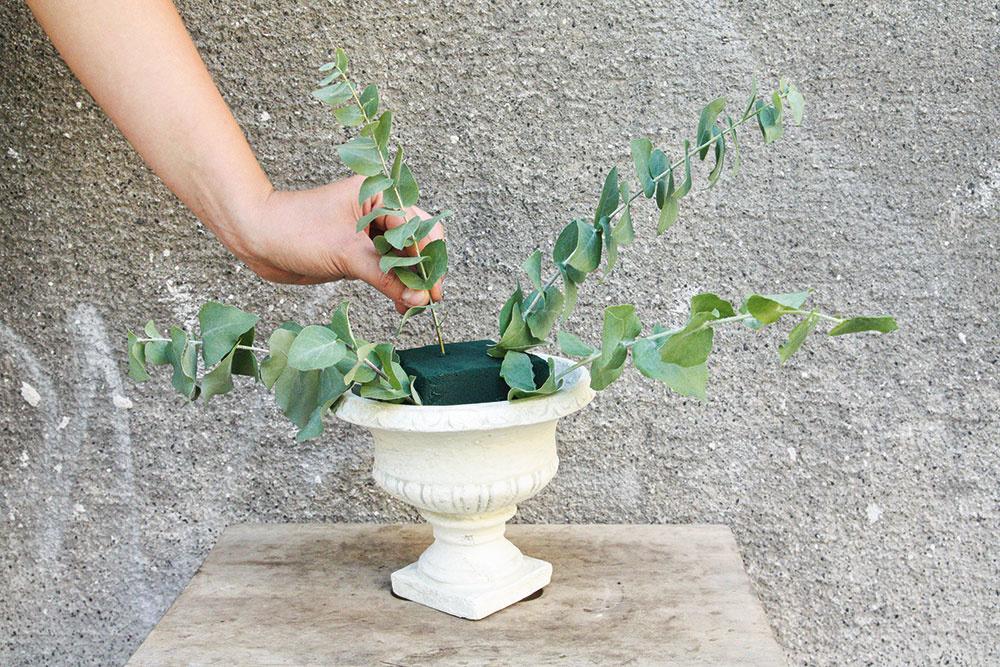 3 Ako prvý umiestnite eukalyptus. Aranžmán má byť viac široký než vysoký, takže eukalyptus by mal byť po stranách dlhý.