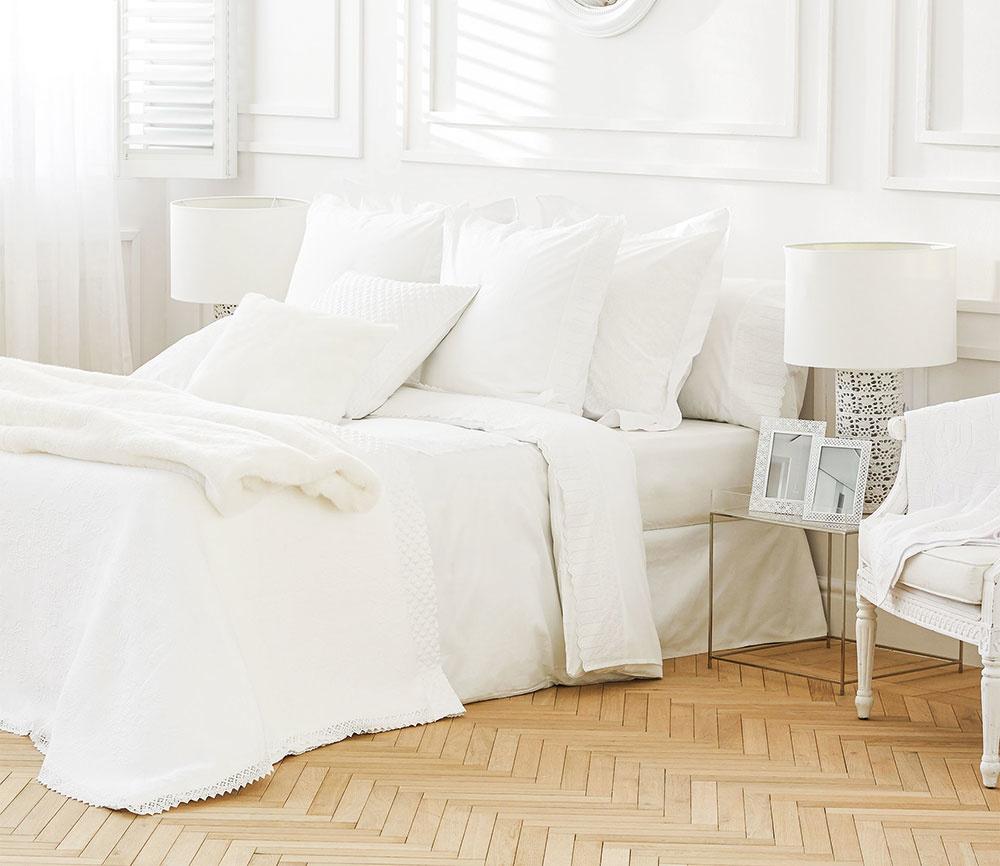 NESMRTEĽNÁ BIELA. Vankúše, periny aj prikrývku na posteľ oblečte do čistej bielej farby a vašu spálňu zaplaví pokoj. Okrem toho vyniknú iné obľúbené doplnky.