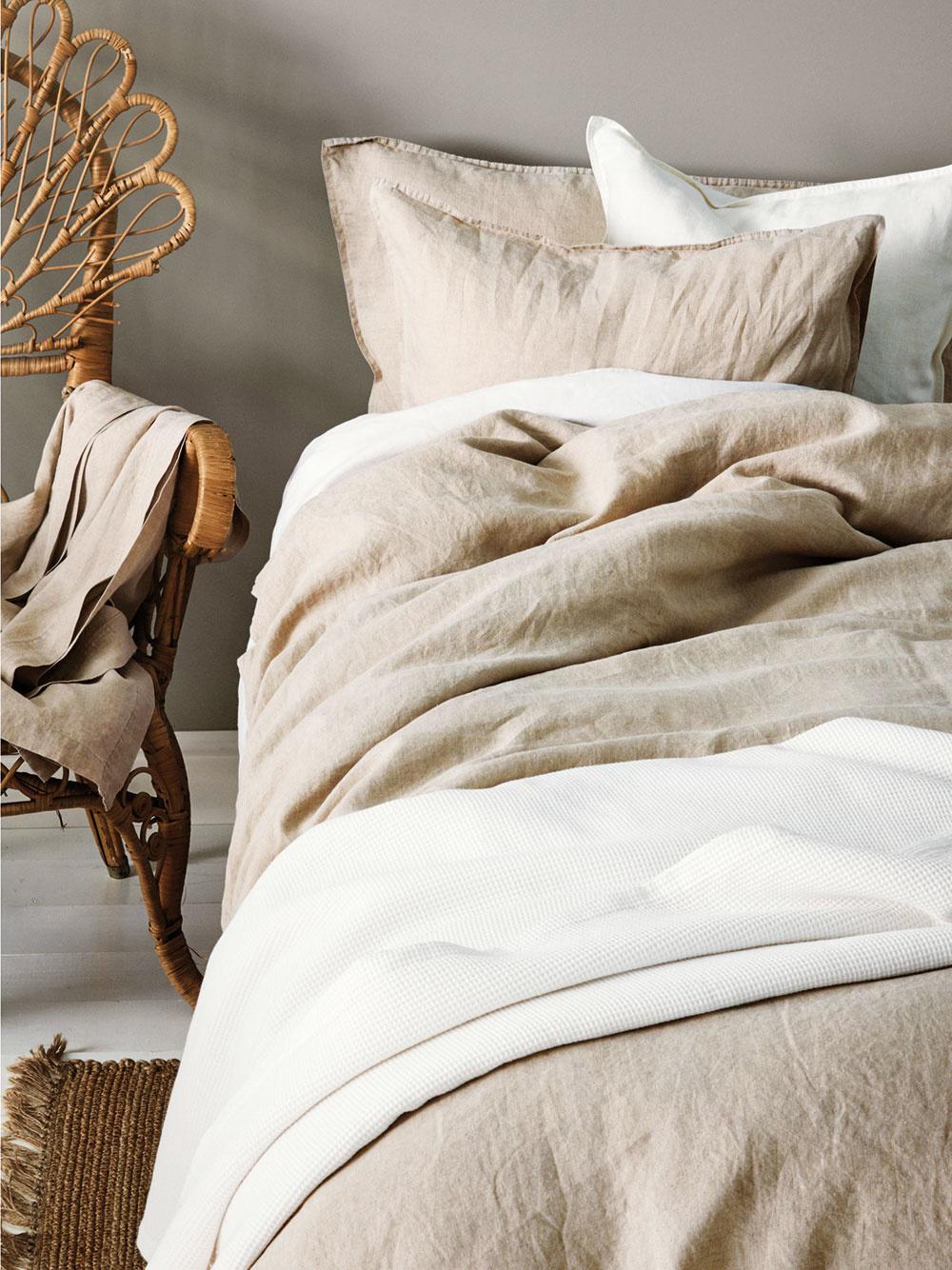 PRÍRODNÉ MATERIÁLY, ako sú ľan, hodváb či bavlna, nesmú chýbať v žiadnej romanticky ladenej spálni. Sú zdravé a príjemné na dotyk, radosť spať v nich.