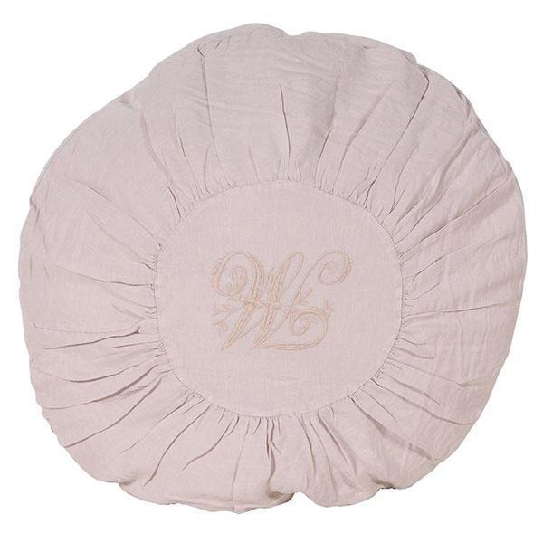 VANKÚŠOV NIE JE NIKDY DOSŤ. Dokážu spraviť z každej postele kráľovstvo oddychu. Okrúhly vankúš s monogramom M v prírodnej farbe, 100 % bavlna, priemer 60 cm, predáva White Home.