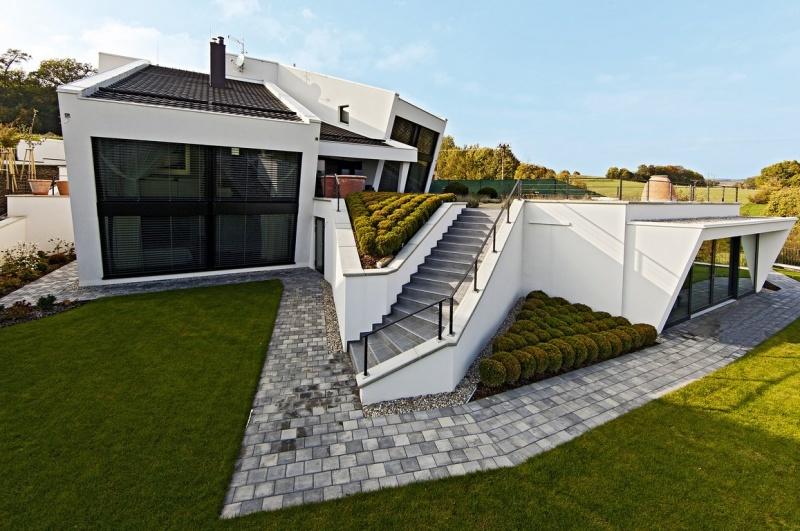 Ani miestne stavebné regulácie a prudký svah nebránili vzniku komfortného rodinného domu