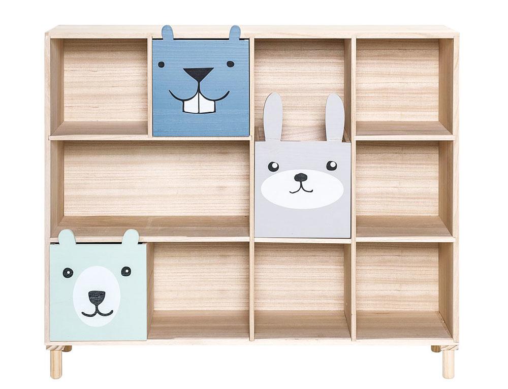 Na knihy či menšie hračky sa hodí knižnica so šuplíkmi Animals Blue od značky Bloomingville, vyrobená z dreva z paulovnie. V ponuke za 454,61 €, predáva nordicday.sk.