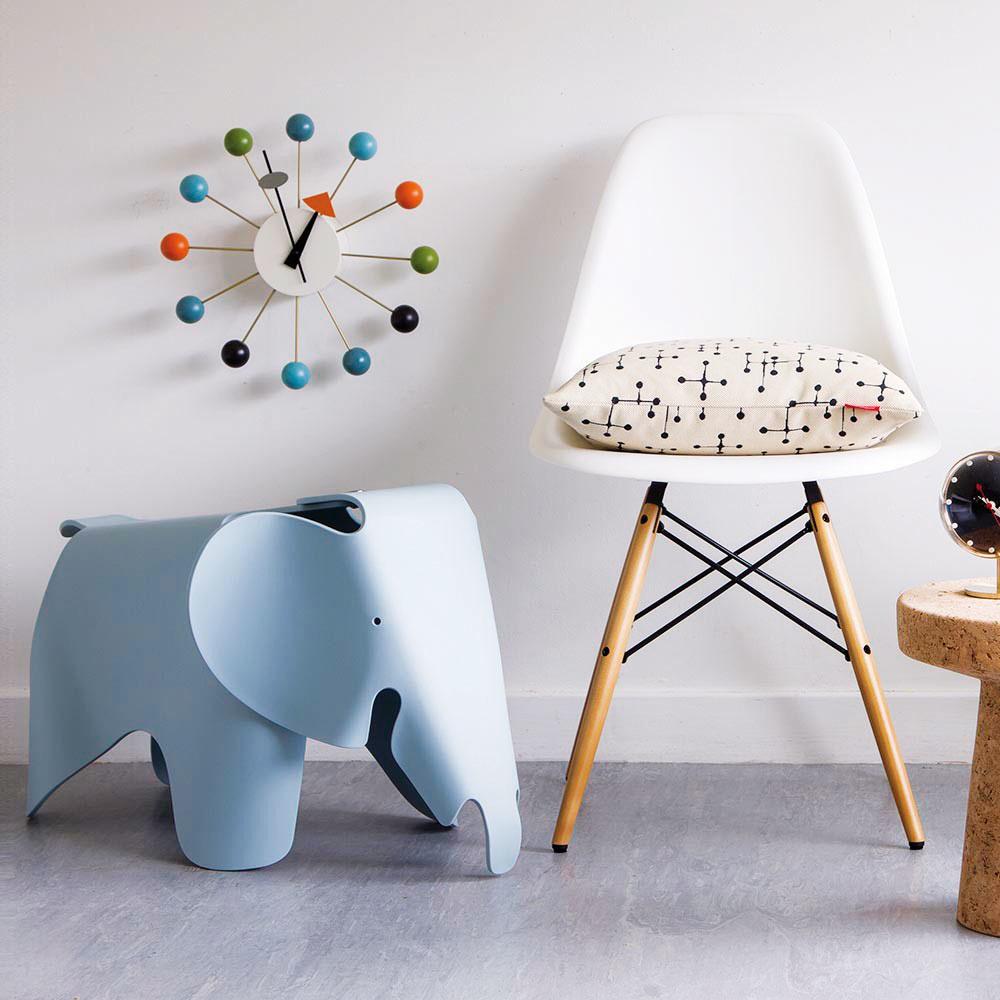 Pre väčšie batoľatá už možno uvažovať aj o ďalšom nábytku. Stolička v tvare sloníka od značky Vitra bude nielen praktickým, ale aj milým doplnkom v kráľovstve vášho drobčeka. V ponuke vo viacerých farbách za 209 €, predáva Konsepti bratislava.