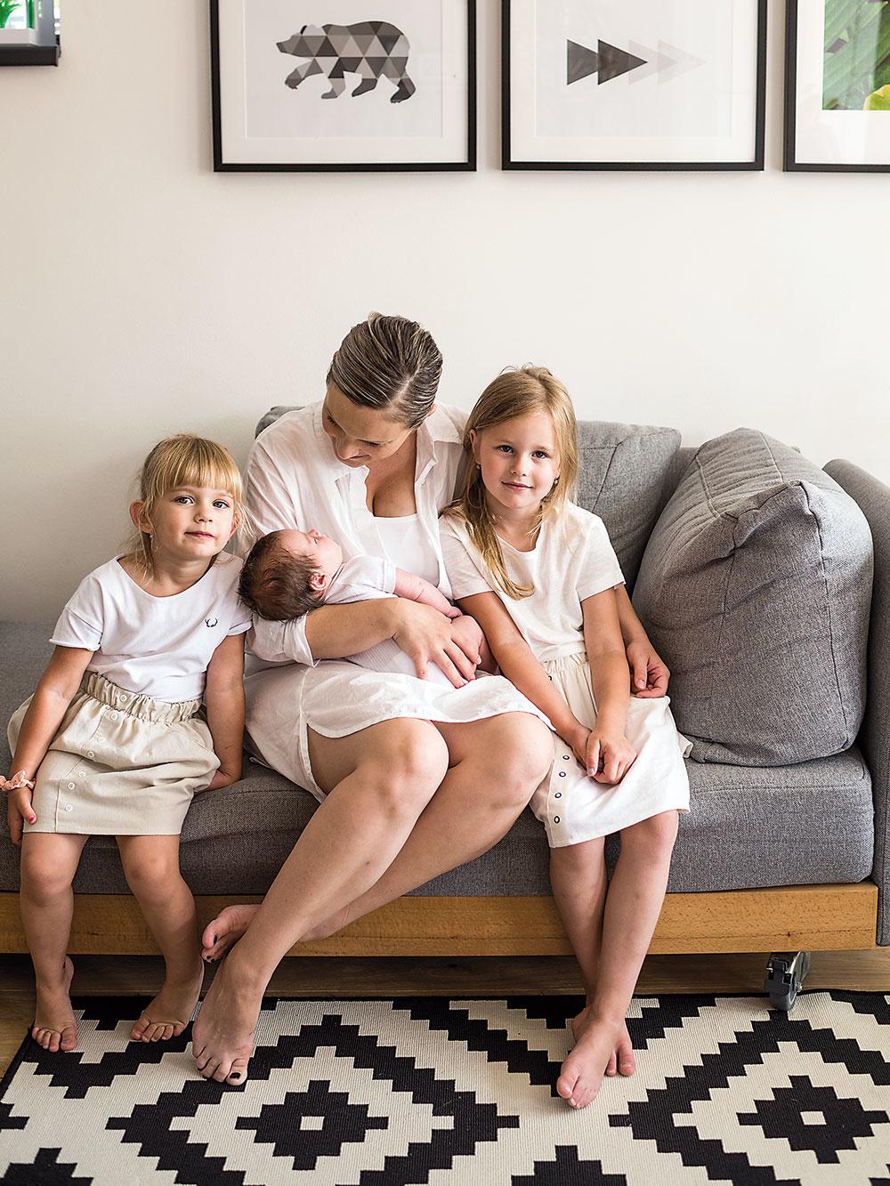 KTO TU BÝVA  Blogerka Miša so svojím manželom Marekom a tromi dcérami – najstaršou Dorotkou, mladšou Grétkou a len niekoľkotýždňovou Agátkou. Viac o ich živote, domove a najmä móde nájdete na blogu www.dorotagreta.com.