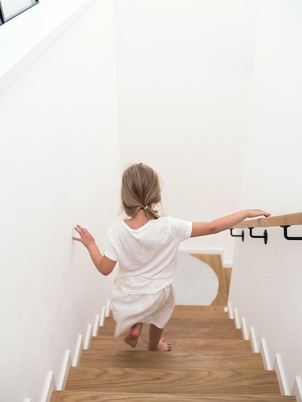 Podlahy v celom dome sú z bieleného olejovaného duba. Drevené parkety majitelia použili sa aj ako obklad TV steny.