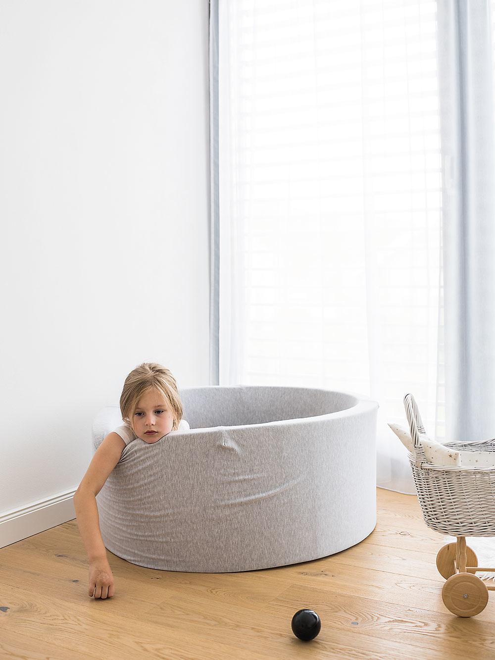 Guľôčkový bazén dievčatá často využívajú na hru i oddych nielen jednotlivo, ale aj obe súčasne.