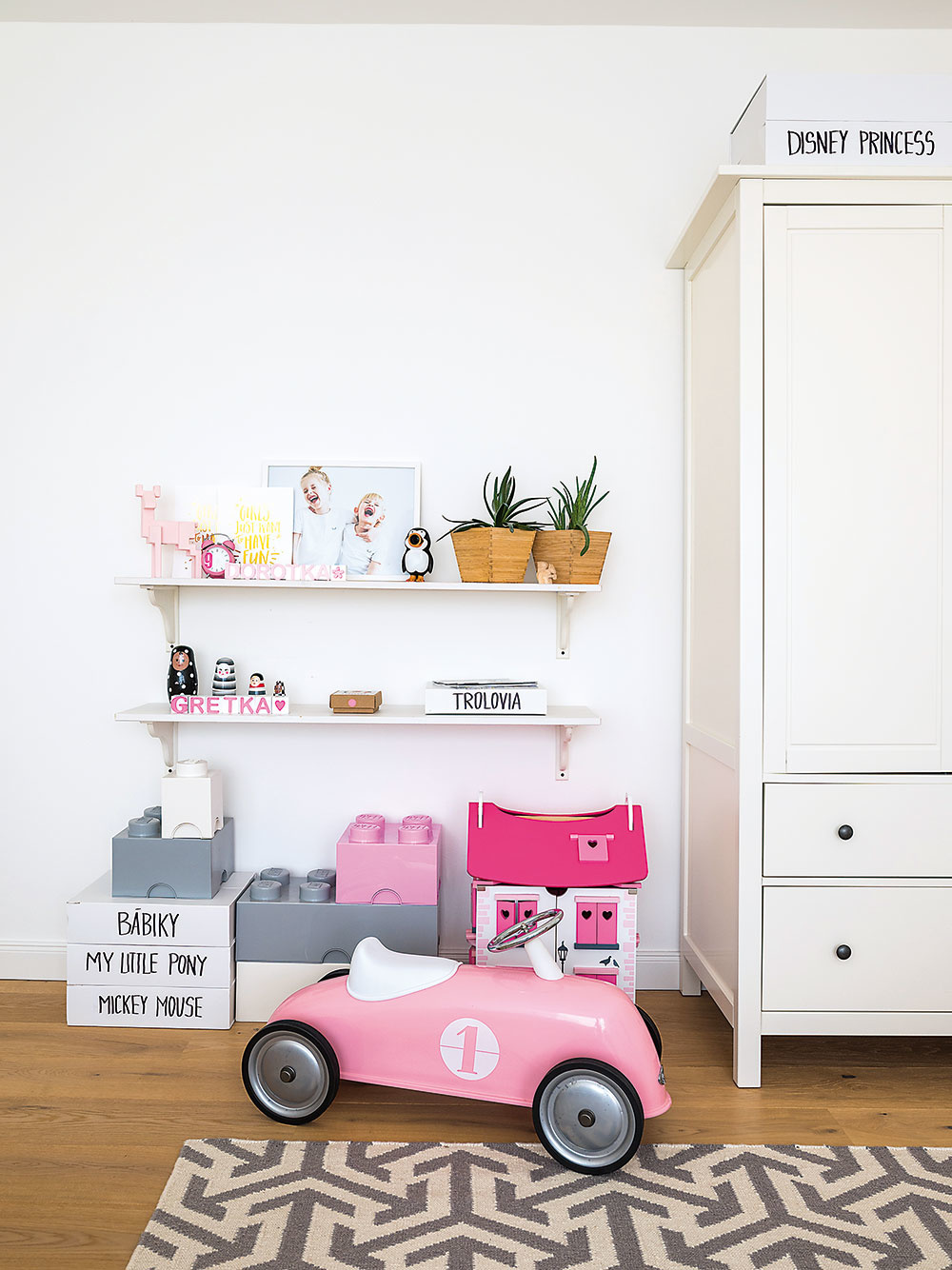 Pevné biele škatule, v ktorých posiela objednávky Mišin obľúbený concept store s detskou módou Alice & Alice, majiteľka opätovne využila a roztriedila do nich hračky.