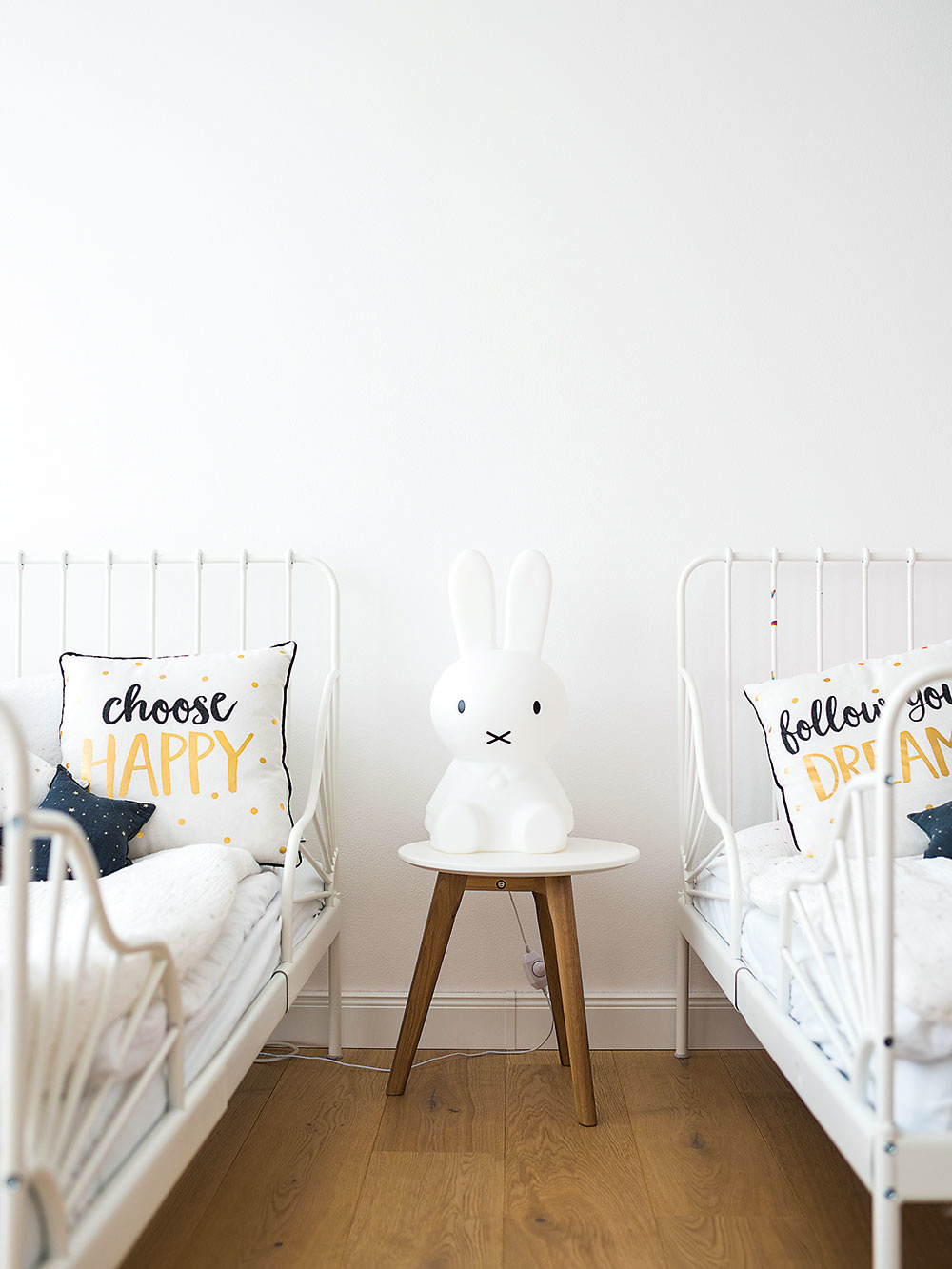 Krátko pred spaním alebo počas noci si malé slečny môžu prisvietiť veselou lampičkou Miffi v tvare zajačika od dizajnérskeho štúdia Mr Maria.