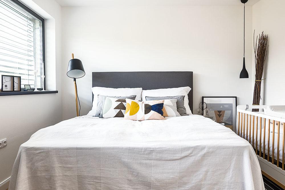 Pekným prvkom sú rozdielne nočné lampičky – stojanové svietidlo na jednej strane postele dopĺňa závesná lampa na opačnej. Svoje miesto tu má aj postieľka najmladšej Agátky, ktorá je dostupná na banaby.sk.