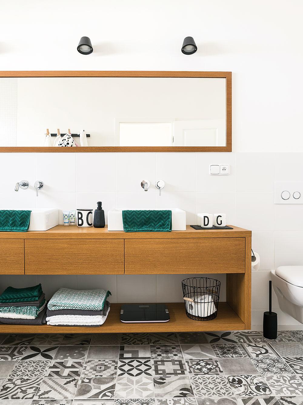 Hlavná kúpeľňa na poschodí s vaňou je tzv. dievčenská – slúži malým slečnám a ich mame. Hosťovskú na prízemí používa ocino.