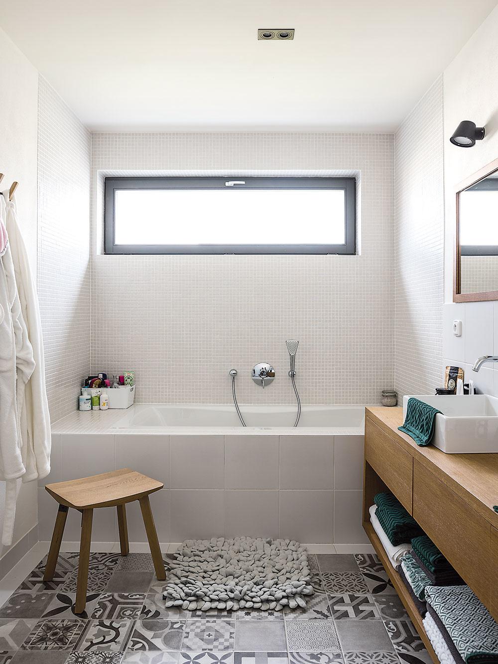 Vďaka širokému oknu je kúpeľňa počas dňa zaliata svetlom.