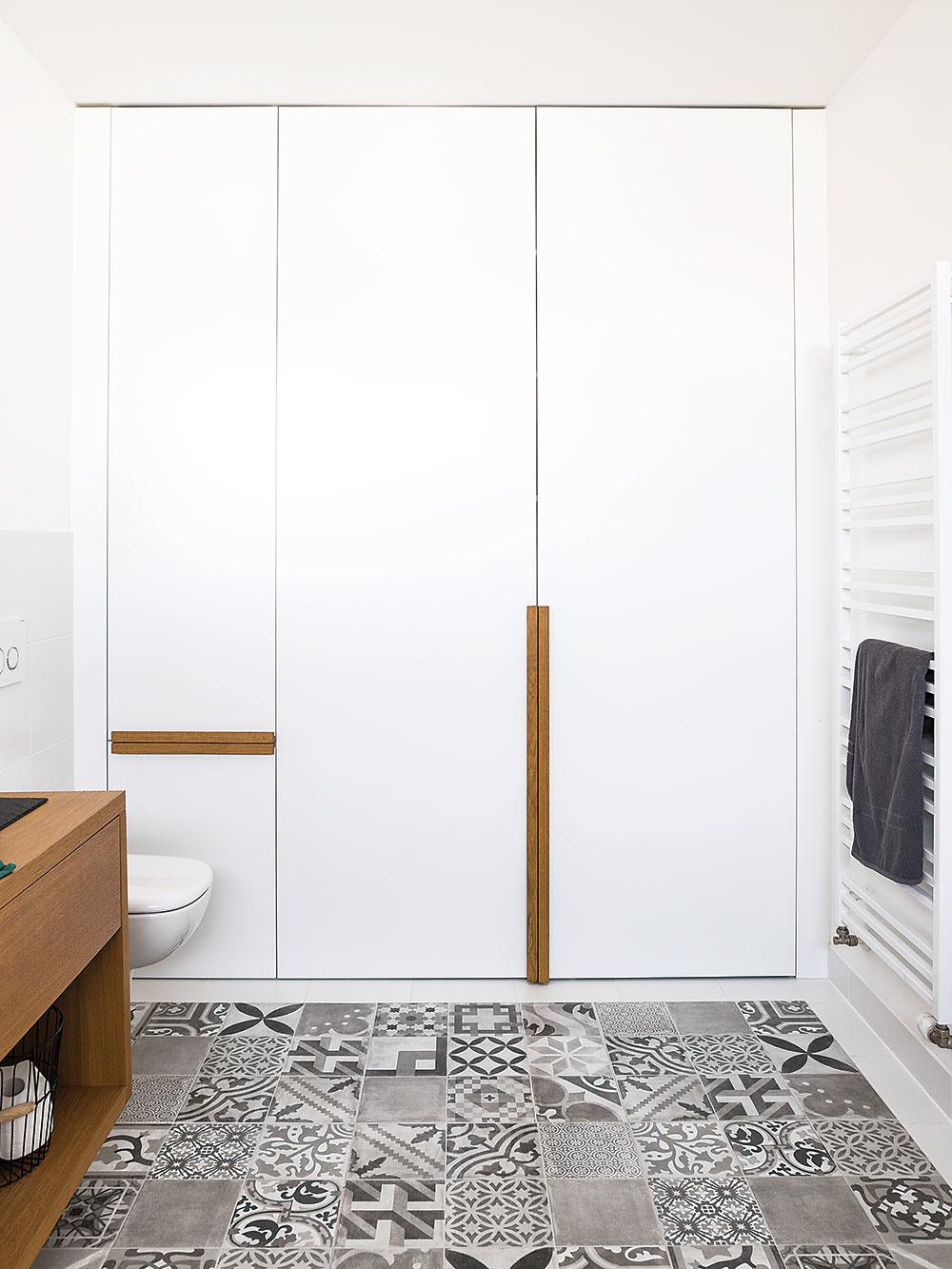 Skriňa v kúpeľni okrem všetkých nevyhnutností šikovne ukrýva aj práčku a sušičku.