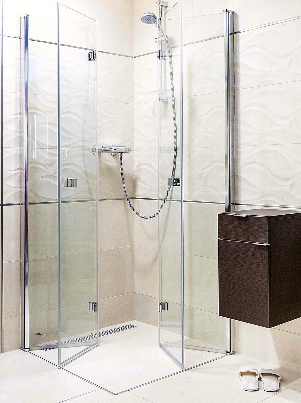 Skladací sprchový kút od značky Anima s dverami, ktoré možno zložiť až k stene, sa priam pýta do malých kúpeľní. Bezpečnostné sklo hrubé 6 mm s povrchovou úpravou Easyclean dopĺňajú profily z lešteného chrómu. V ponuke nájdete tri vzájomne kombinovateľné šírky (80, 90 a 100 cm). Predáva SIKO KÚPEĽNE & KUCHYNE.
