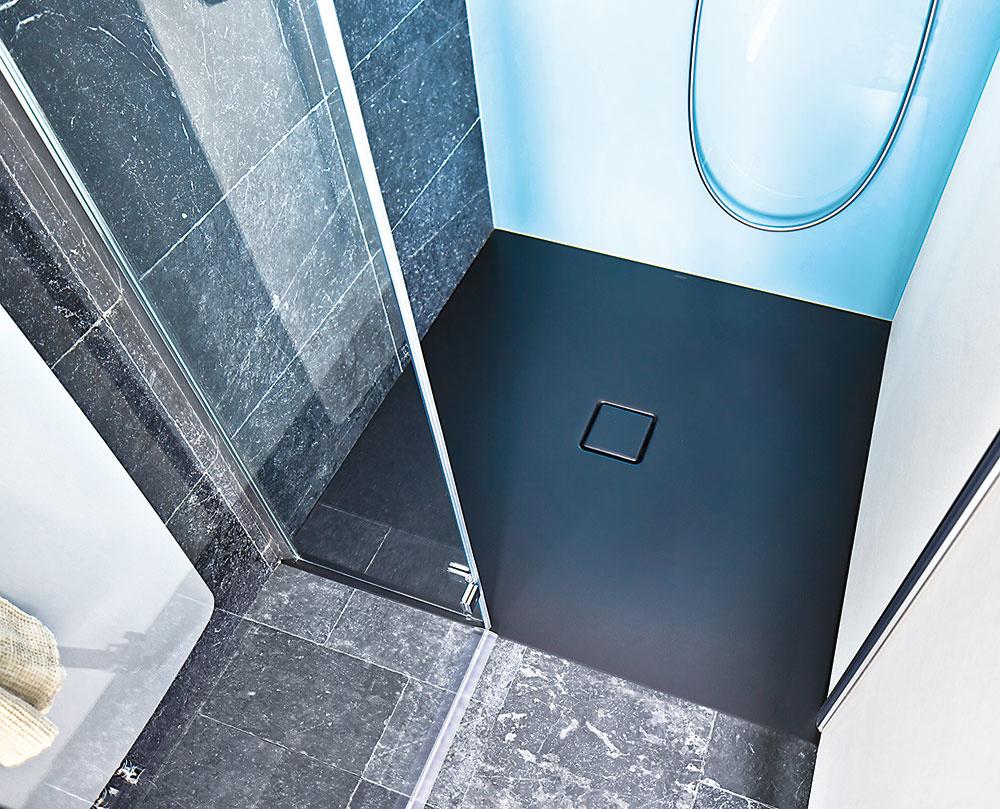 Smaltovaná oceľová vanička Conoflat od značky Kaldewei sa vyznačuje mimoriadnou tvrdosťou a hygienickosťou – materiál zabraňuje prevlhnutiu. Smaltovaný kryt odtoku je vsadený do roviny dna sprchovej vaničky, pričom ju možno inštalovať v úrovni podlahy. Matná lávovočierna farebnosť osloví milovníkov tmavých farieb a kontrastov.