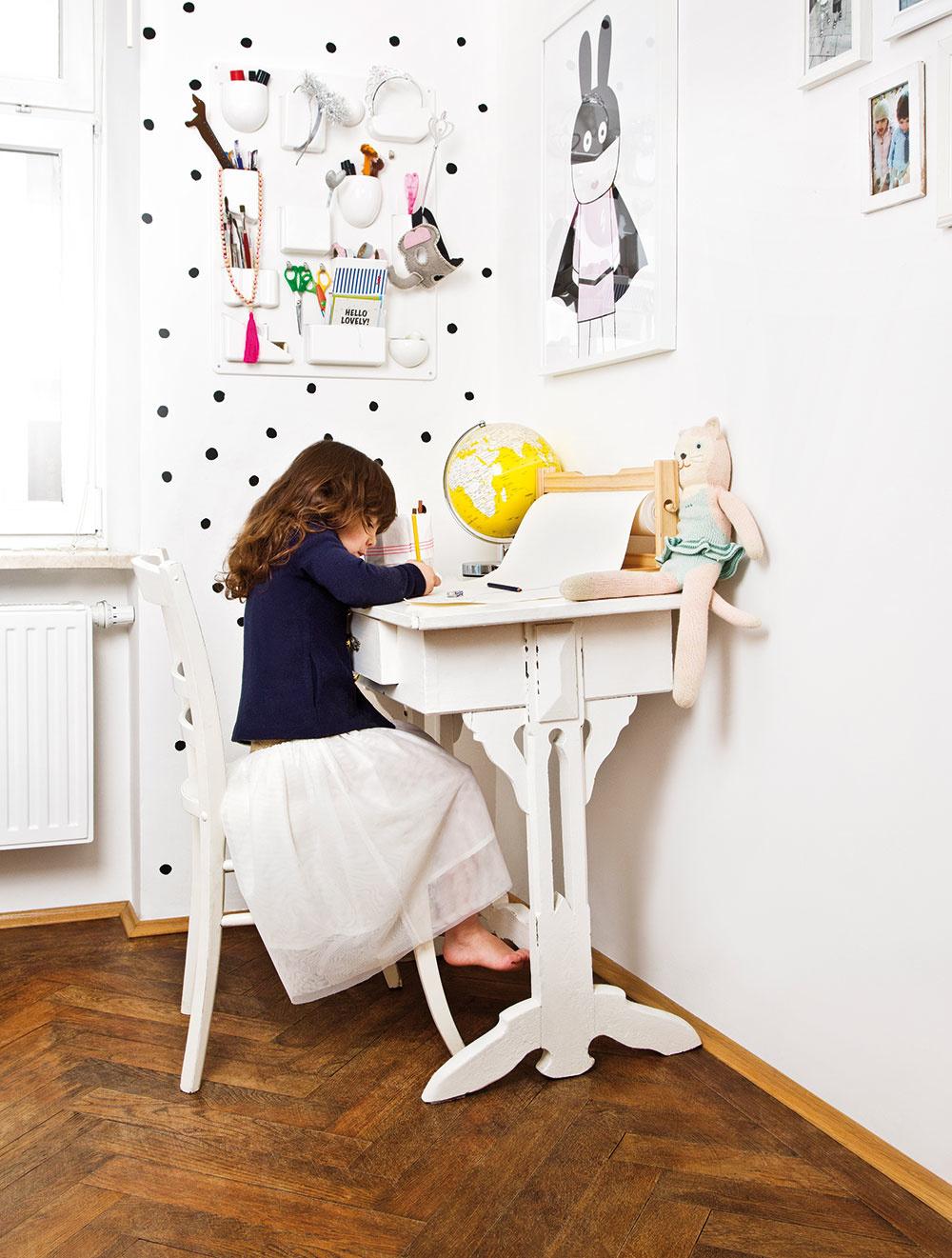 DETSKÁ IZBA V ŠKANDINÁVSKOM ŠTÝLE ladí so zvyškom bytu. Majiteľka nechcela, aby farebne alebo štýlovo vyčnievala najmä preto, že susedí s obývačkou a jedálňou.