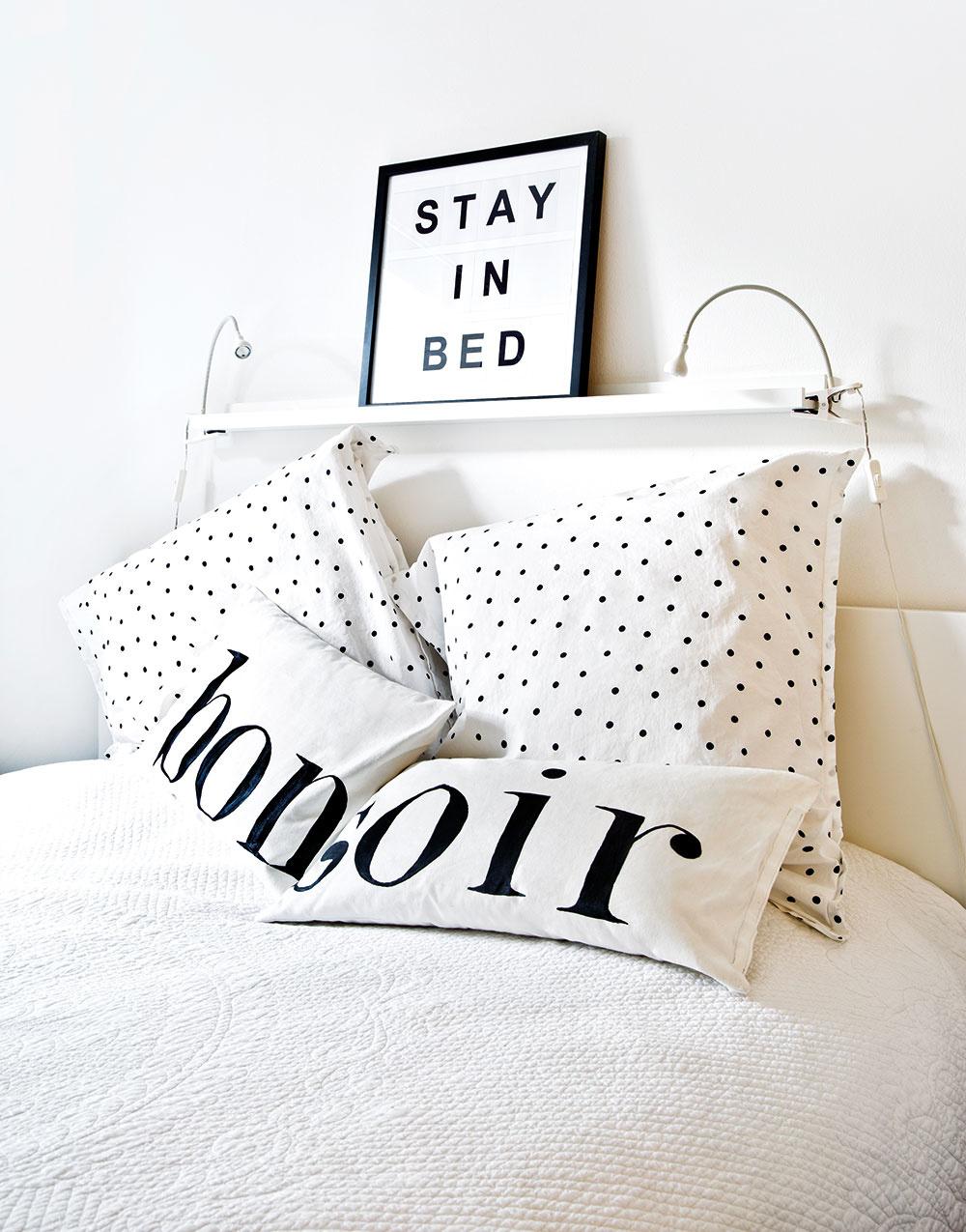 ČIERNO-BIELA KOMBINÁCIA vládne aj v spálni. Obliečky s drobnými bodkami ladia s tapetou v detskej izbe. Nápis nad posteľou jasne vraví, čo sa obyvateľom bytu najviac pozdáva.