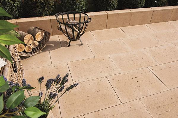 Dlažba Travertino od spoločnosti Austria Beton Werk so vzhľadom travertínu naozaj verne imituje tento obľúbený prírodný materiál – vyznačuje sa pórovitou štruktúrou a príjemnou svetlou farebnosťou. Toto atraktívne riešenie najlepšie vynikne na priestrannejšej terase, ktorá bude po použití dlažby pôsobiť naozaj luxusným dojmom. Vybrať si môžete z troch formátov – 60 × 40, 40 × 40 a 45 × 30 cm – a dvoch farieb – béžová svetlá a béžová tmavá. www.abw.sk