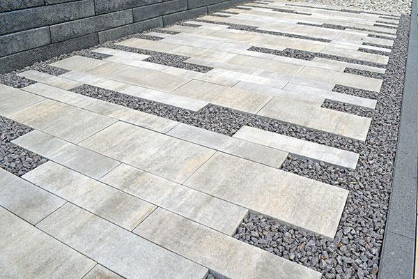 VENEZIA SENSO  Veľkoformátová dlažba Venezia od spoločnosti City Stone Design so svojimi čistými líniami, ostrými hranami a jemne štruktúrovaným povrchom senso predstavuje moderné riešenie vhodné pre súkromné objekty aj verejné priestory. V ponuke nájdete tri rôzne veľkosti – 60 × 30, 60 × 15 a 30 × 30 cm. Dlažba s hrúbkou 8 cm je vhodná aj na prejazd automobilom. Vybrať si môžete z piatich farieb – Black Shadow, Pastel, Granito, Ivory a Brasil. www.citystonedesign.sk