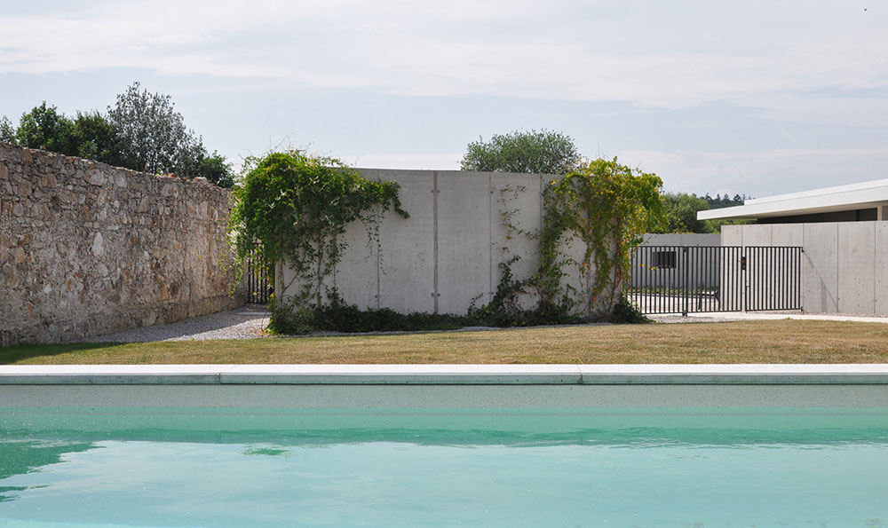 Asymetrický dom rozdelil záhradu na spoločenskú a intímnu časť