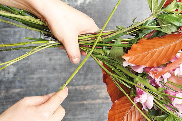 Začnite s vytváraním kytice. Držte ju v ľavej ruke a pravou postupne prikladajte jednotlivé kvety a časť halúzok. Ukladajte ich šikmo do tzv. špirály.
