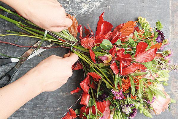 Vezmite si špagát a niekoľko ráz ho okolo kytice obtočte. Na konci spravte pevný uzol a zvyšok špagátu odstrihnite.