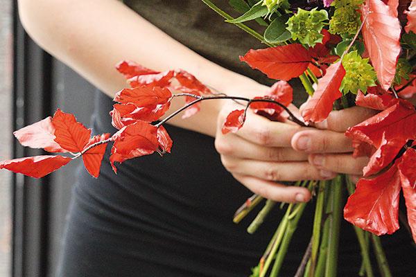 Na záver pridajte na okraje kytice zvyšné bukové listy, ktoré vytvoria pekný jesenný lem.