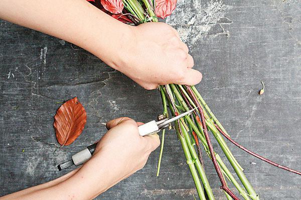 Zviazanú kyticu zastrihnite záhradníckymi nožnicami zarovno. Dĺžku stoniek prispôsobte veľkosti vázy.
