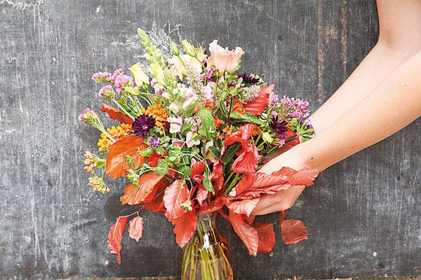 Kyticu umiestnite do vázy a bukové listy z nej opatrne vysuňte, aby čo najviac prevísali.