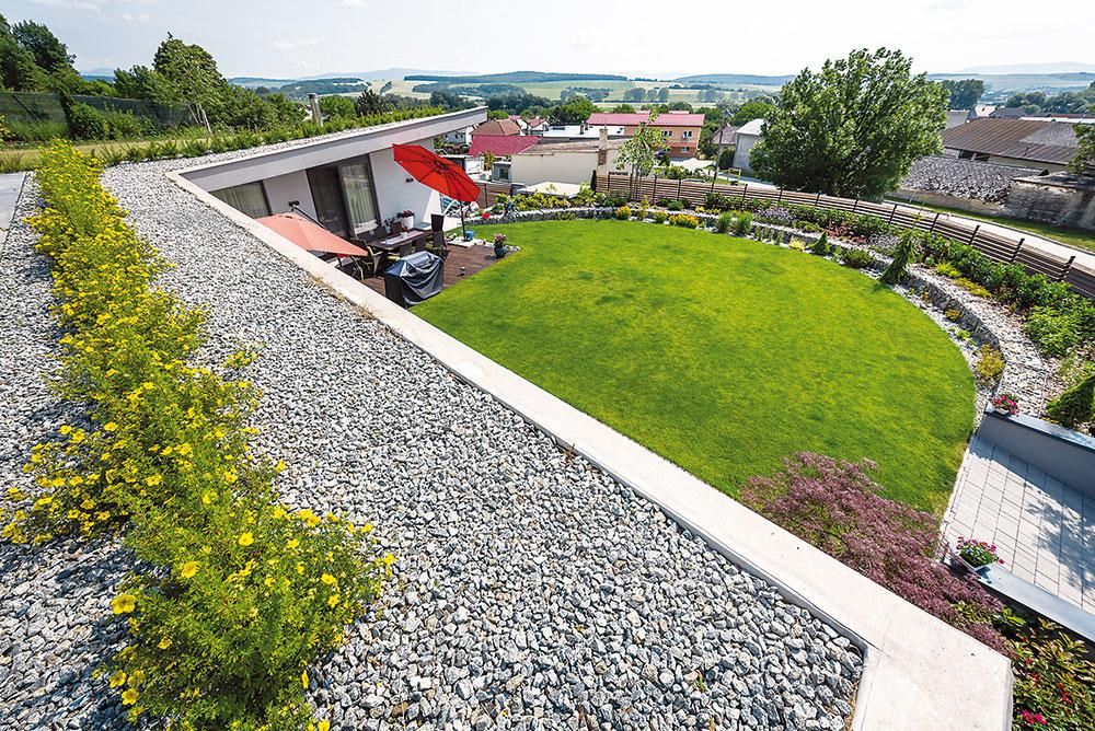 Minimálny zásah do prírody. Polovica strechy sa využíva ako úžitková záhrada, zvyšok pokrýva okrasná zeleň, pred domom je rekreačná záhrada. Zo 6-árového pozemku pokrýva 4,5 ára zeleň, len 150 m2 zaberá drevená terasa a spevnená plocha na parkovanie.