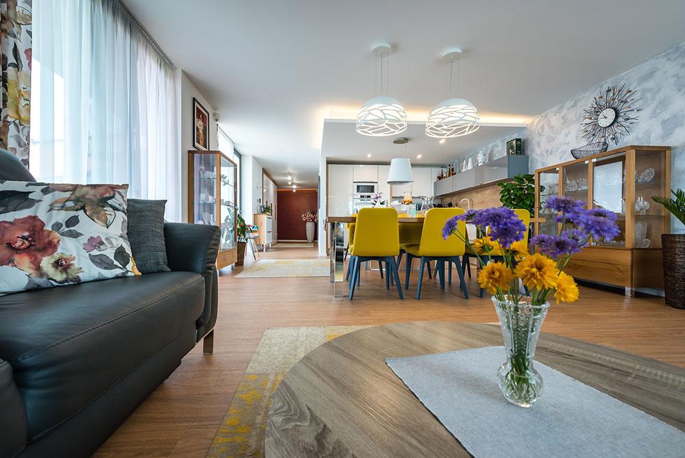 Interiér je logicky rozdelený na dennú a nočnú časť. Keďže nosnú konštrukciu tvoria len obvodové steny, vnútro domu je variabilné a dá sa individuálne prispôsobiť.