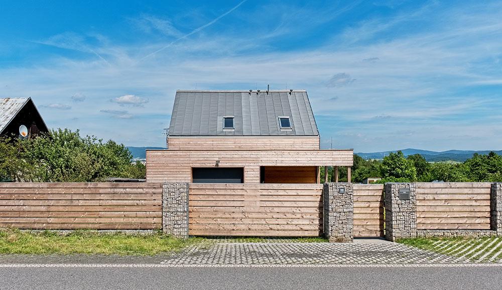 Jednoducho, pragmaticky a prosto: Lacný malý dom s maximálnym efektom