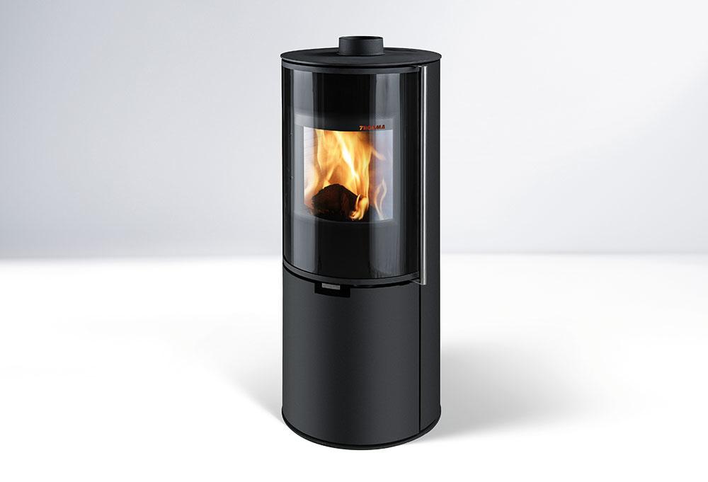KOZUBOVÉ KACHLE ZARAGOZA PLUS v elegantnej čiernej farbe so samozatváracími prikladacími dvierkami. Nominálny výkon 5 kW, odporúčaná cena 1 200 €. www.thorma.sk